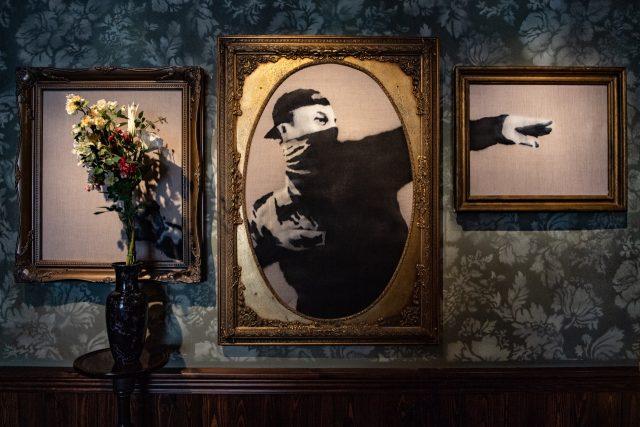 뱅크시의 가장 아이코닉한 작품인 돌 대신 꽃을 던지는 'The Flower Thrower'. 베들레헴의 동네 베이트 사호르(Beit Sahour)로 가는 대로변 주차장 벽면에 오리지널 피스가 있다. 원작 속 꽃 그림을 실제 생화로 장식했다.