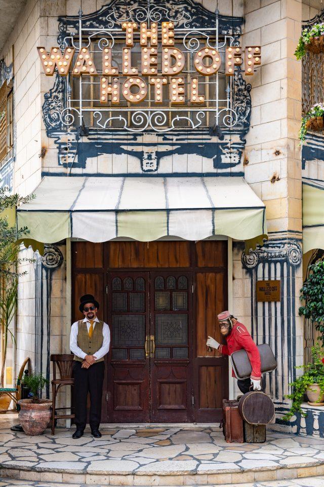 호텔 정문의 도어맨과 벨보이 코스튬을 입은 원숭이 상. 자세히 보면 원숭이의 오른쪽 발목은 쇠사슬에 묶여 호텔에 붙어 있다. 영국이 위임 통치하던 시기 팔레스타인에 드리운 식민 지배의 그림자를 담고 있다.