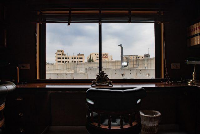 3층 객실 서재에서 바라다보이는 분리장벽. 오른쪽 멀리에는 장벽을 지키는 이스라엘 감시탑이 보인다.