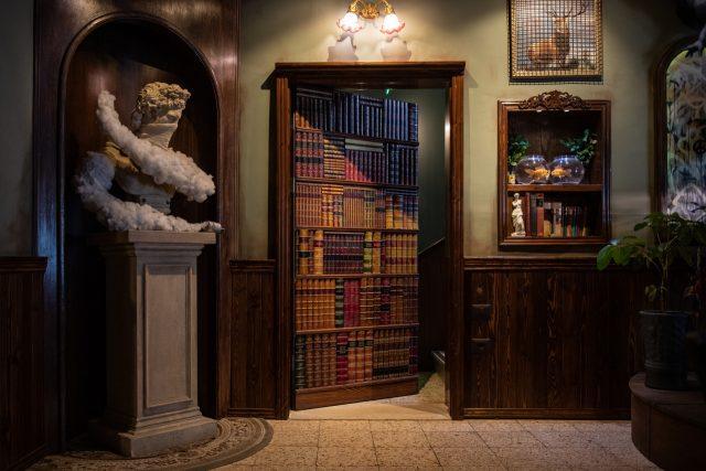 호텔 로비의 다비드 상 옆의 책장은 객실로 향하는 비밀의 문이다. 오른쪽 선반의 작은 비너스 상에 장벽 모양을 한 열쇠고리를 가져다 대면 비너스가 빨간 레이저를 발사하며 딸깍 문이 열린다.
