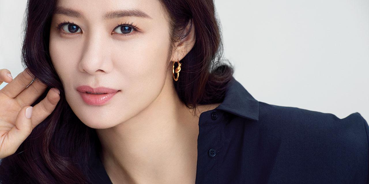 데뷔 20년간 한결같은 미모를 유지해온 배우 김현주. 하지만 그녀 역시 해가 갈수록 예민해지고 탄력이 떨어지는 피부로 고민하고 있었다. 그럼에도 여전히 아름다울 수 있는 건 꾸준한 자기 관리와 특별한 비밀병기 덕분이다.