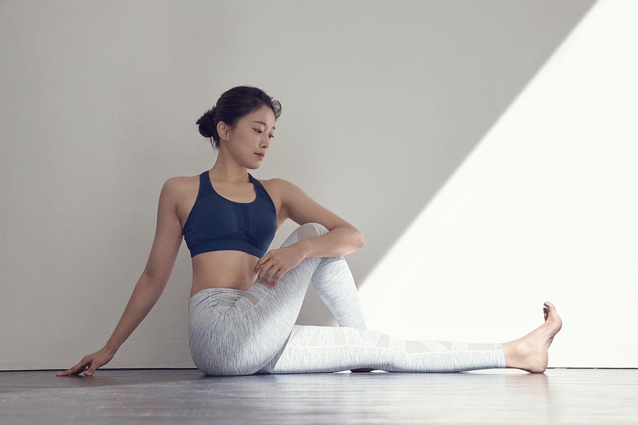 하루 종일 같은 자세로  앉아 있었다면? 척추를 비틀어 등과 목의 통증을 완화시켜보자.