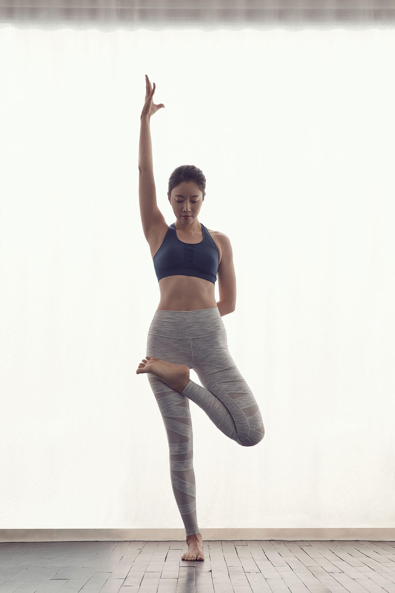 한쪽 다리로 균형을 잡아야 하기 때문에 하체 근력과 코어 힘이 강화되는 자세.  하루 종일 생각이 많아 힘들었다면 이 자세를 취해보자.