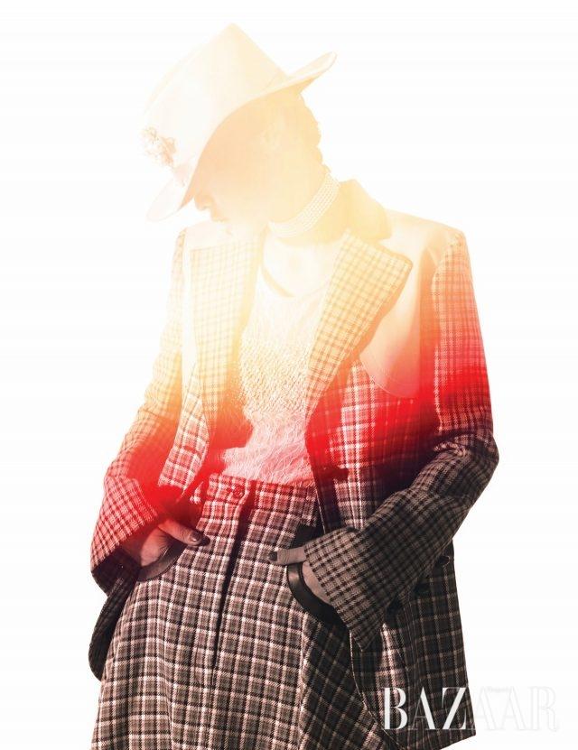 재킷, 슬리브리스 톱, 스커트, 초커는 모두 Nina Ricci, 모자는 Eugenia Kim by Net-A-Porter, 브로치는 Chanel.