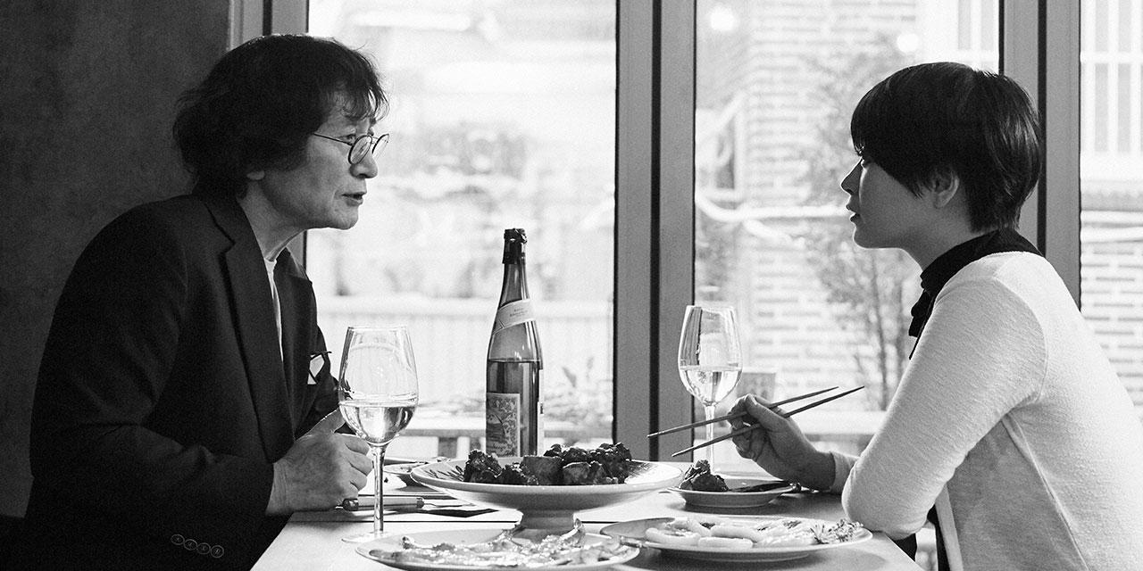 음식에는 흥미가 없다는 정지영 감독을 저녁식사에 초대 했다. 투우사의 꼬리찜을 대신한 갈비찜과 영화 '남부군'의 진달래꽃에서 착안한 화전을 차려두고, 정지영이라는 독특한 캐릭터를 가진 개인이 만들어지기까지의 이야기를 듣는다. 음식보다 더 맛있는 이야기들이 식탁 위에 넘쳐흐른다.