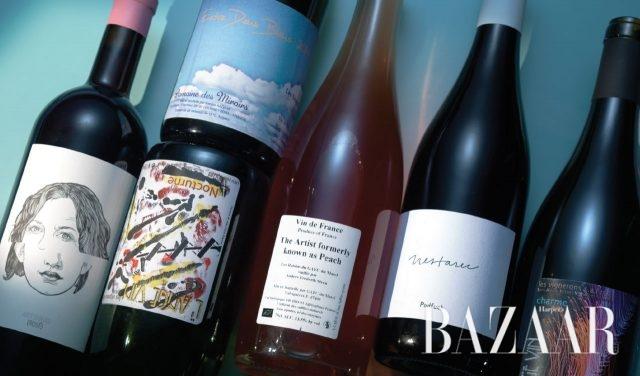 (왼쪽부터) 오스트리아 구트 오가우(Gut Oggau)에서 만든 로제 와인, 구름이 그려진 라벨이 붙은 와인은 미루아(Miroirs) 도멘에서 켄지로 카가미가 만든'Entre Deux Bleus', 투명한 보틀이라 언뜻 음료처럼 보이는 로제 와인은 가엑 뒤 마젤(Gaec du Mazel)이 만든 'The Artist Formerly Known as Peach', 심플한 화이트 라벨의 와인은 Milan Nestarec에서 만든 'PodFuck', 추상화와 같은 라벨의 와인 두 병은 와인 메이커 장 피에르 호비노가 만든 'l'Ange Vin Nocturne'.