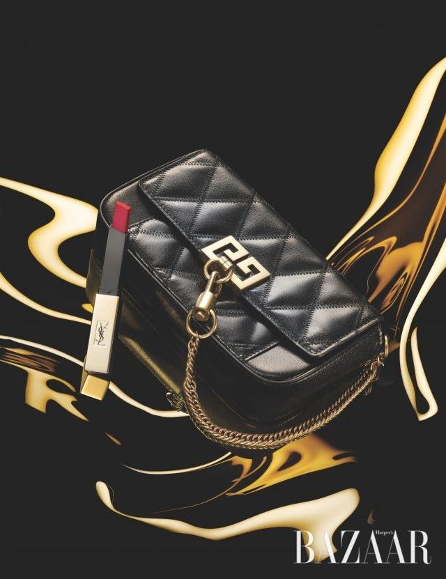 로고 모티프와 체인 장식이 더해진 퀼팅 클러치는 130만원대 Givenchy, 매트한 레드 립스틱, '루쥬 르 꾸뛰르 더 슬림, N°21 루쥬 파라독스'는 4만5천원대 Yves Saint Laurent.