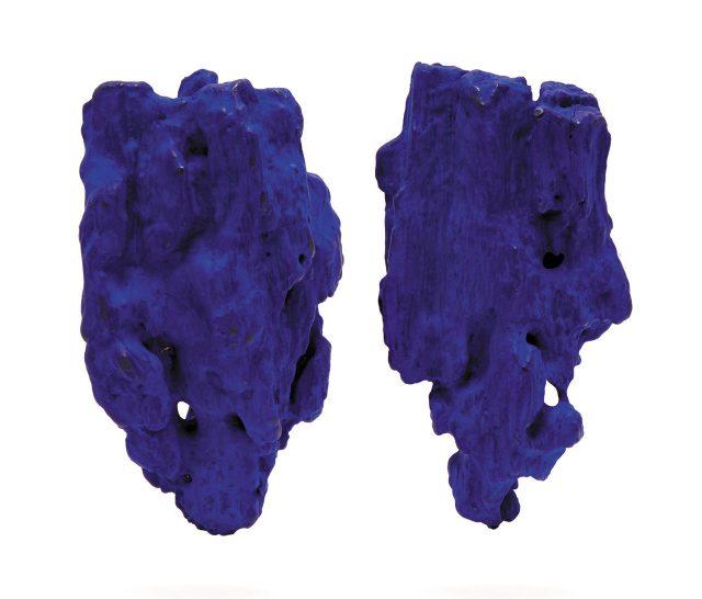 시선을 사로잡는 블루 귀고리.