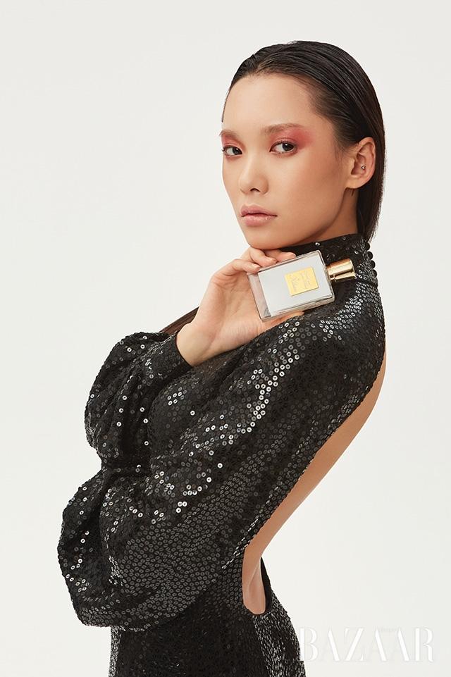 백리스 디테일의 시퀸 드레스는 Michael Kors Collection.