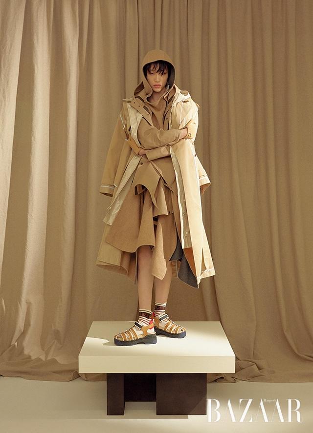 트렌치코트는 46만8천원 Recto, 윈드브레이커는 8 by YOOX, 케이프는 Hermès, 후드 케이프는 Givenchy, 귀고리는 12만원대 Cult Gaia by Net-A-Porter, 장갑은 Hermès, 양말은 18만원, 슈즈는 110만원 모두 Fendi.