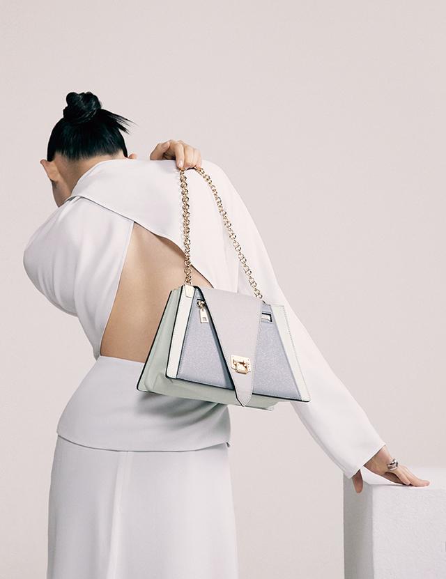체인 백은 Louis Vuitton, 블라우스, 스커트는 모두 Nina Ricci, 반지는 34만9천원 Portrait Report.