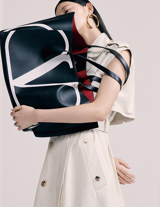 오버사이즈 쇼퍼 백, 귀고리는 모두 Valentino Garavani, 레더 트렌치는 1천88만원 Bottega Veneta, 반지는 32만9천원 Portrait Report.