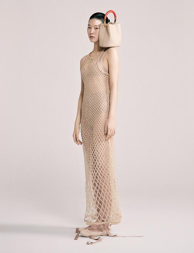 버킷 백은 2백59만원 Marni. 롱 스트랩 플랫 슈즈, 오간자 메시 드레스, 보디수트, 브라 톱, 브리프는 모두 Dior.