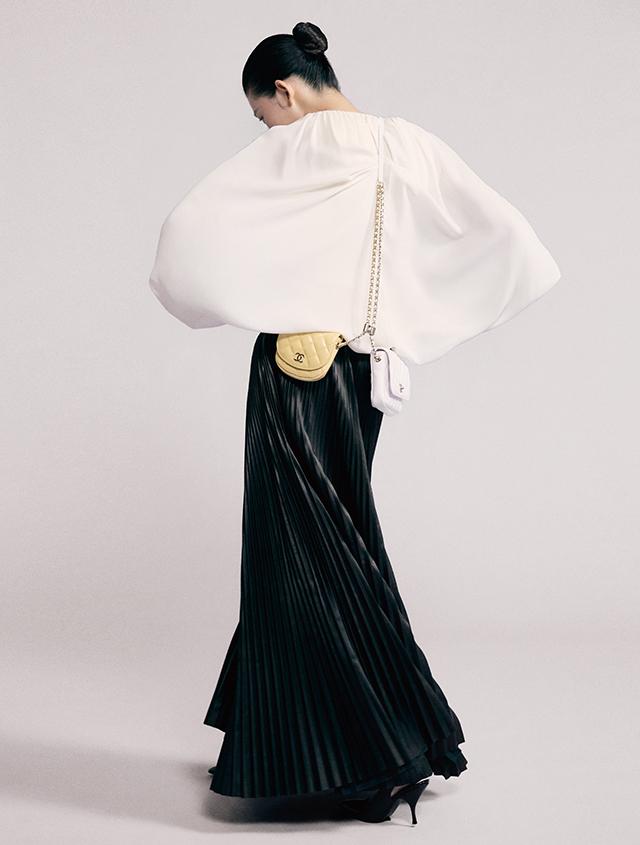 더블 체인 백은 Chanel, 블라우스, 레더 플리츠 스커트는 모두 Valentino, 슈즈는 91만5천원 ottega Veneta.
