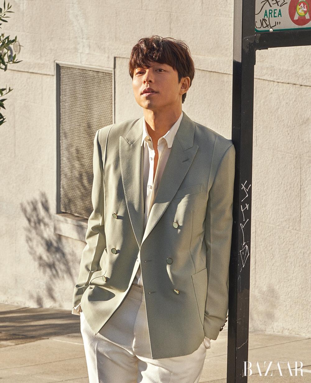 더블 브레스트 재킷, 셔츠, 팬츠는 모두 Louis Vuitton.