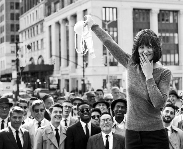 케이티 홈즈가 시위자의 용기 있는 행동에 경의를 표하고 있다.스웨터와 팬츠는 모두 Stella McCartney, 브라는 Stella McCartney Lingerie. 주얼리는 홈즈 개인 소장품. 패션 에디터/ Cassie Anderson