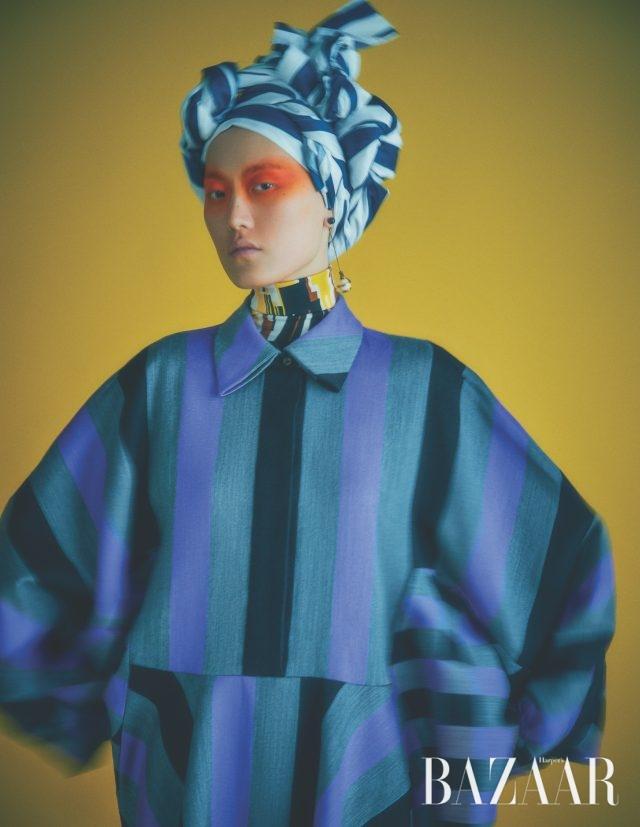 드레스는 가격 미정Louis Vuitton, 이너로 입은 톱은 가격 미정 Prada, 귀고리는 가격 미정 Dior.