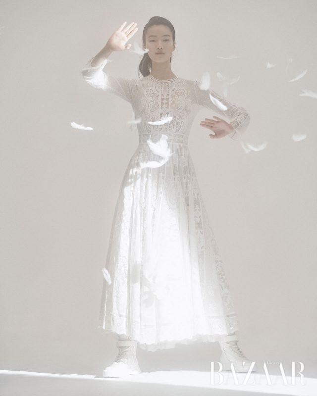 원피스, 스니커즈는 모두 Dior.