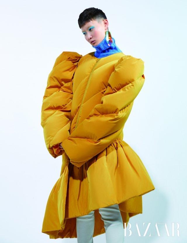드레스는 가격 미정 Blindness, 터틀넥 톱은 7만2천원 Ourcomos, PVC 귀고리는 9만8천원 1064 Studio, 사이하이 부츠는 가격 미정Stuart Weitzman.