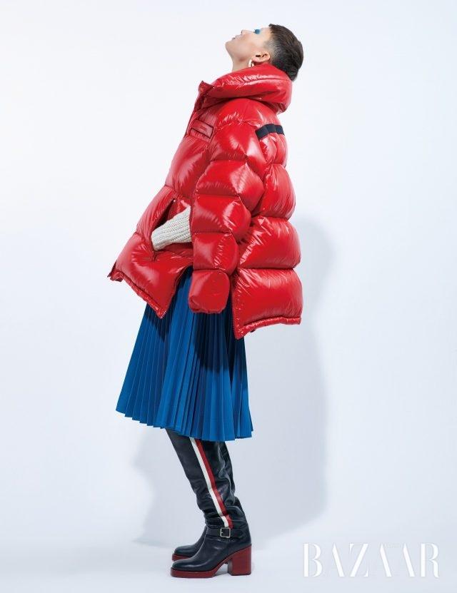 재킷은 2백9만원, 스커트는 1백37만원 모두 Calvin Klein 205W39NYC by Mue, 니트 톱은 1백28만원 Isabel Marant, 귀고리는 7만8천원 Viollina, 사이하이 부츠는 가격 미정 Dior.