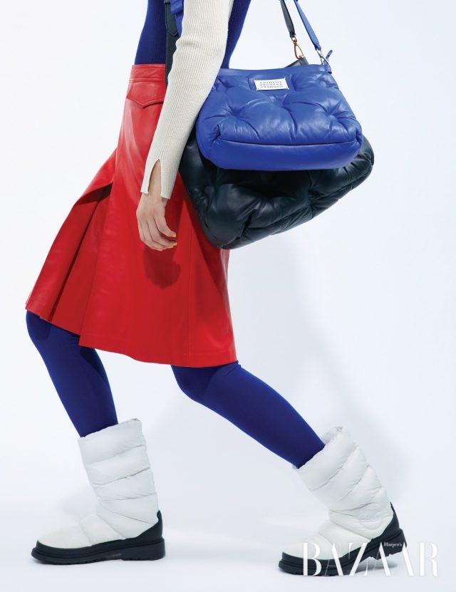 블루 숄더백은 2백37만원, 블랙 숄더백은 2백69만원 모두 Maison Margiela, 니트 톱은 24만8천원 Eenk, 스커트는 95만8천원CK Calvin Klein, 레깅스는 가격 미정 Joseph. / 부츠는 가격 미정 Chanel