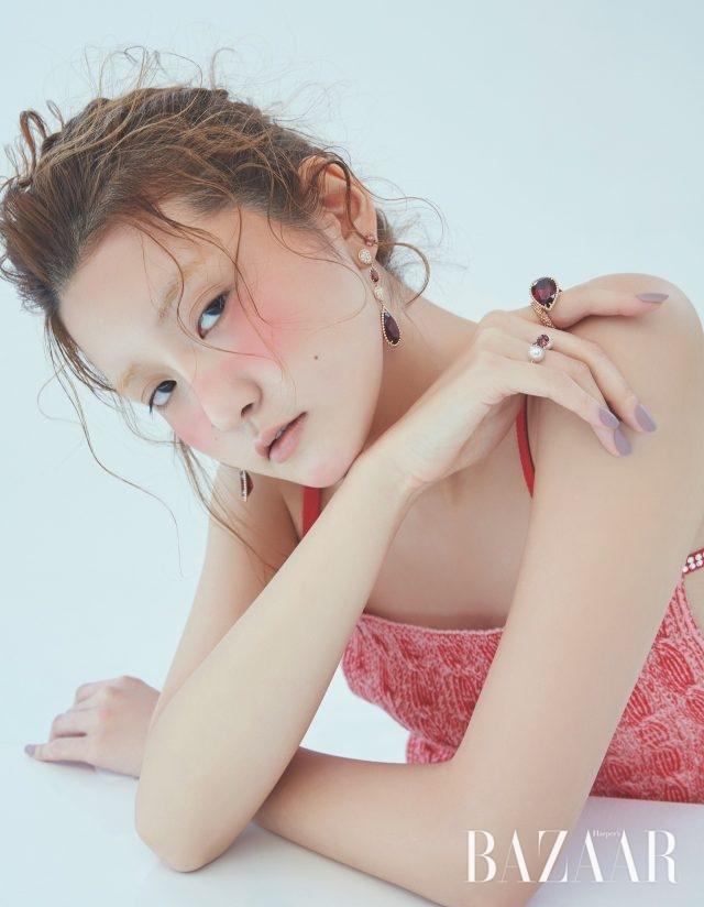 귀고리는 3천만원대, 볼드한 반지는 1천만원대 모두Boucheron, 진주와 함께 세팅된 가닛 반지는 가격 미정 Tasaki. 니트 톱은 가격 미정 Nina Ricci.