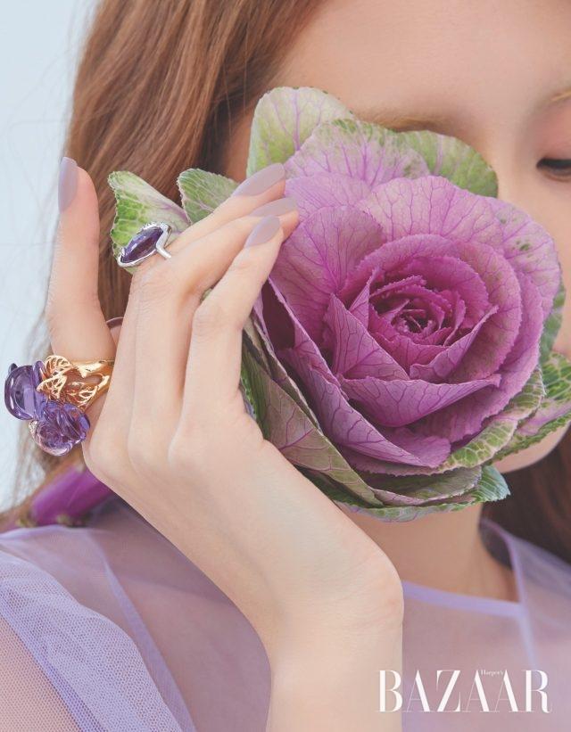 장미 모티프의 반지는 가격 미정 Dior Fine Jewelry, 볼드한 자수정 반지는 2백32만원 Lucie. 원피스는 68만원 YCH.