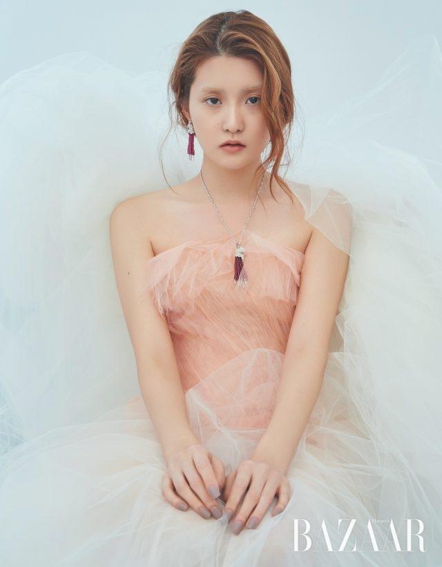 귀고리, 목걸이는 모두 가격 미정 Cartier. 드레스는 가격 미정 Osacar de La Renta by Soyoo Bridal.