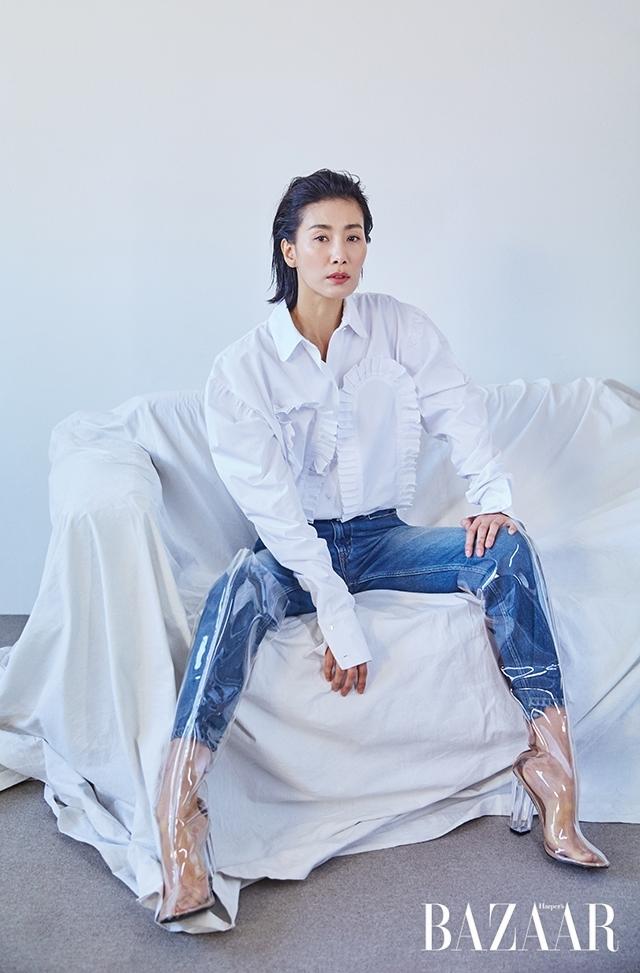 화이트 셔츠는 Dew E Dew E, 데님 팬츠는 Isabel Marant Etoile, PVC 사이하이 부츠는 스타일리스트 소장품.