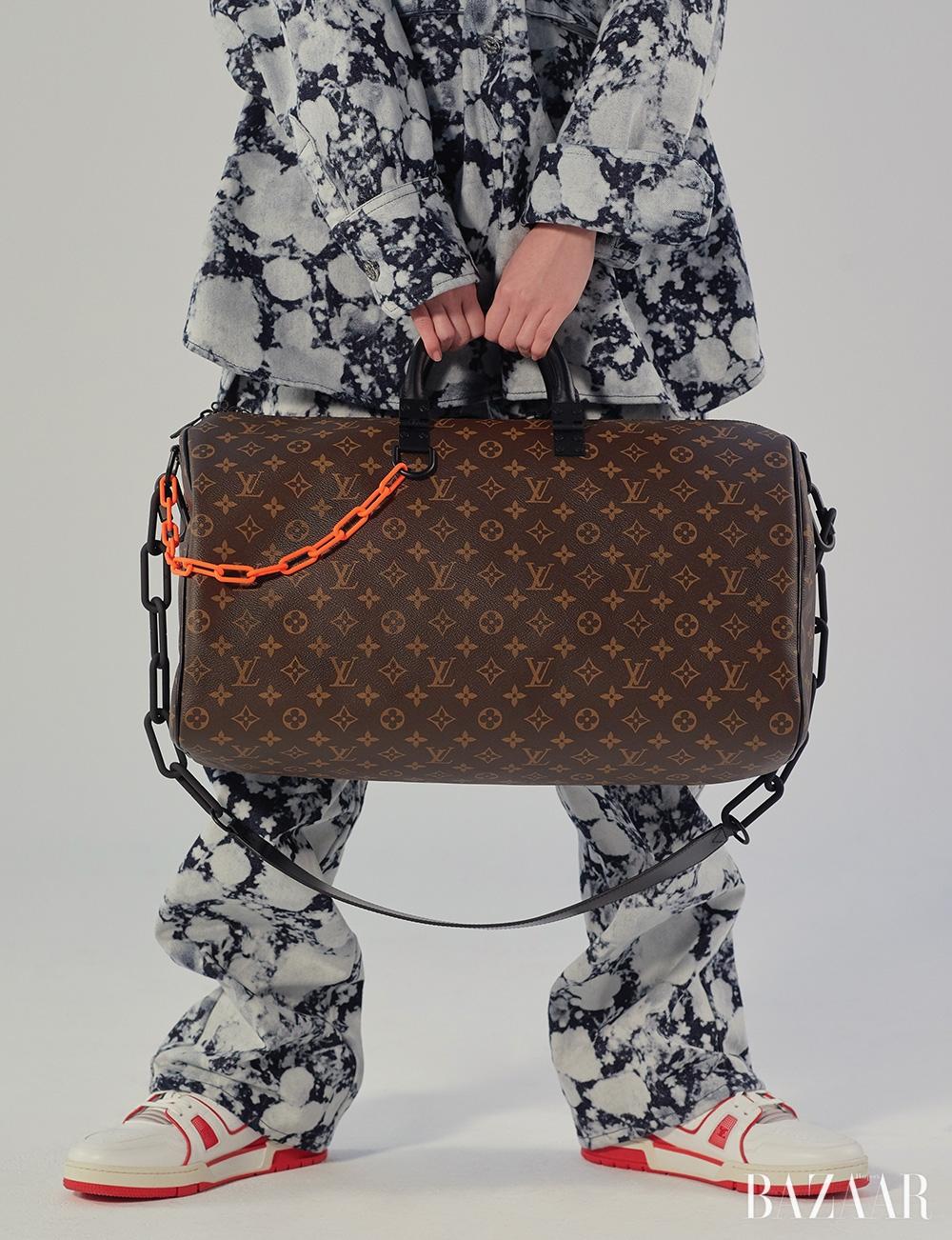 데님 재킷, 팬츠, 백, 하이톱 스니커즈는 모두 가격 미정 Louis Vuitton.
