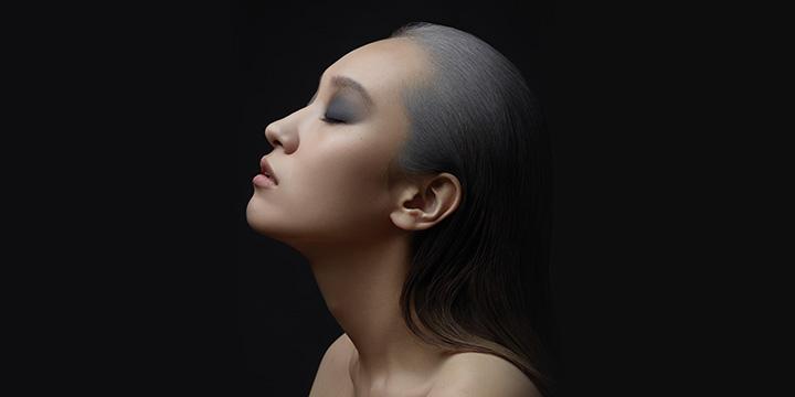 """결혼식 주례사의 단골 멘트인 """"검은 머리가 파뿌리 될 때까지""""라는 표현이 무색하게 되었다. 흰머리 때문에 고민하는 나이가 날로 어려지고 그 수도 많아지고 있다."""