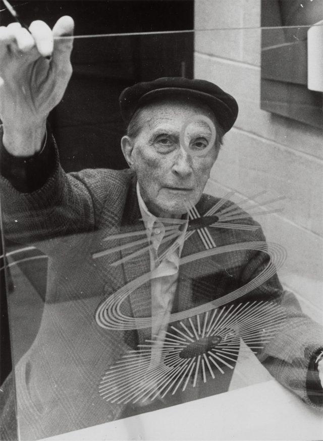 '안과의사 목격자'와 뒤샹, 1967, 21×15.9cm, 리처드 해밀턴, 젤라틴 실버 프린트, Philadelphia Museum of Art, Library and Archives: Gift of Jacqueline, Paul and Peter Matisse in memory of their mother Alexina Duchamp © Association Marcel Duchamp / ADAGP, Paris – SACK, Seoul, 2018.