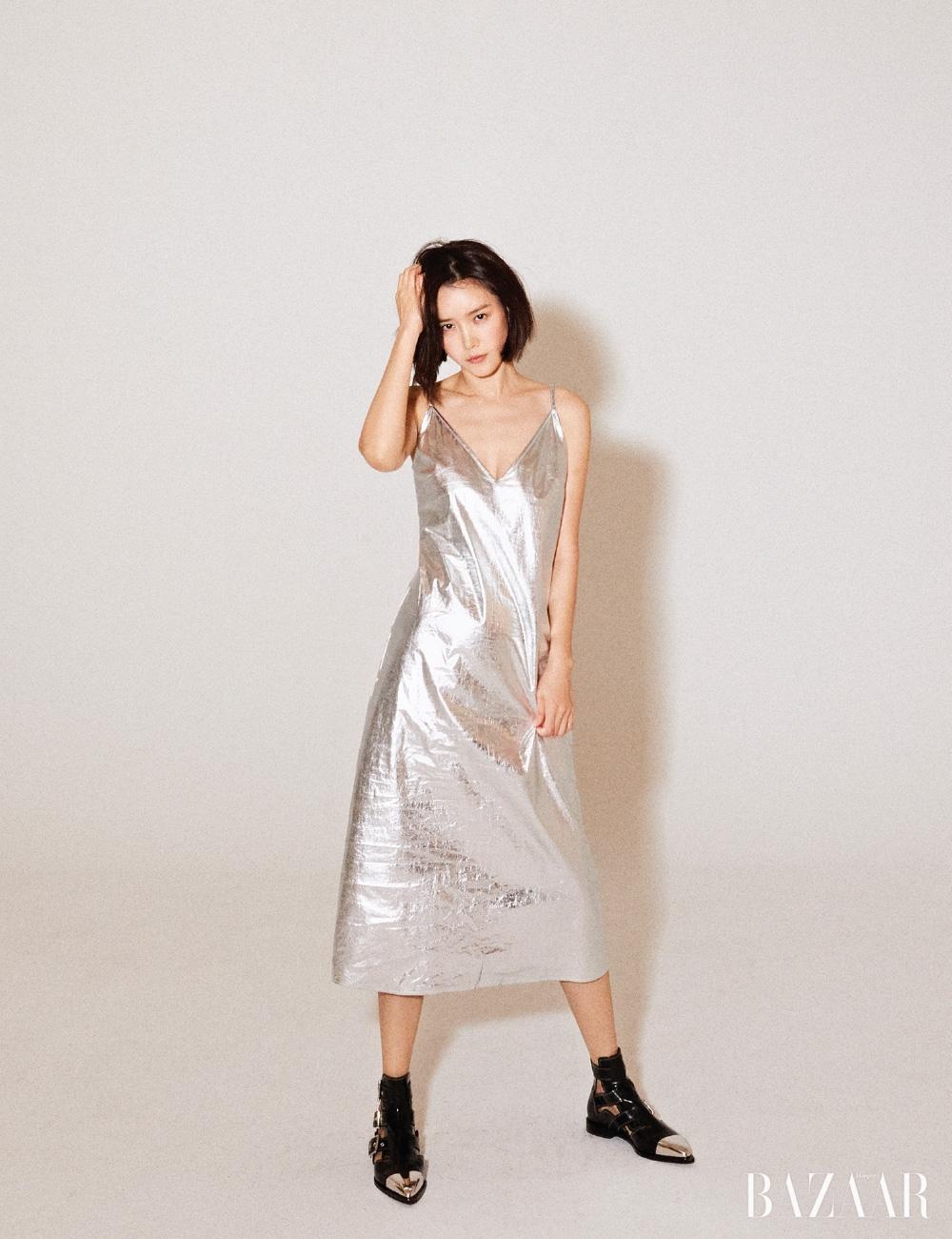 드레스는 Raey by matchesfashion.com, 부츠는 Alexander McQueen.