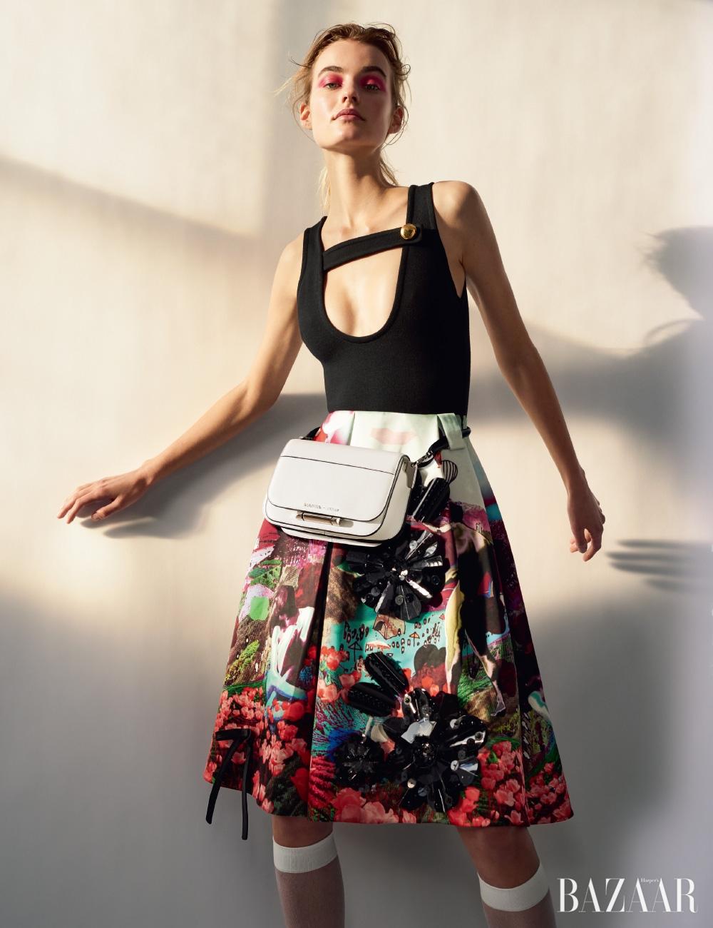 보디수트, 스커트, 니삭스, 허리에 감아 연출한 핸드백은 모두 Prada.