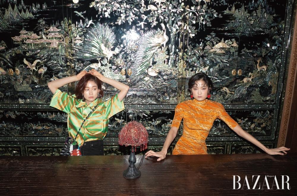 세라가 입은 셔츠, 스커트, 귀고리, 백, 다영이 입은 드레스, 귀고리는 모두 가격 미정 Balenciaga.