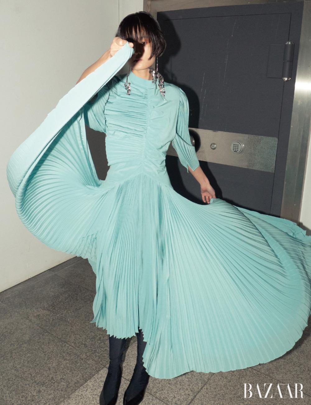 드레스, 귀고리, 부츠는 모두 Givenchy.