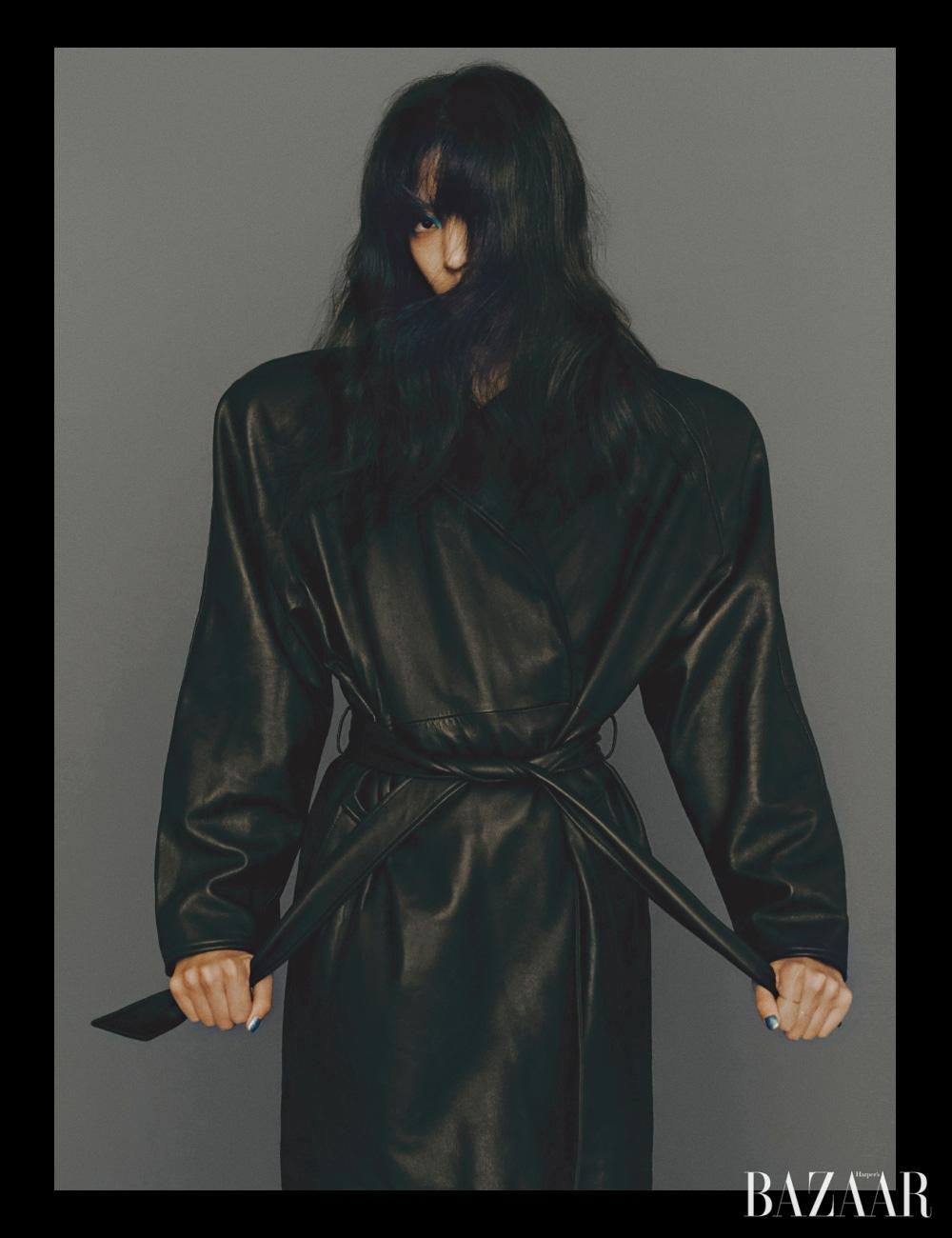 재킷은 Balenciaga.