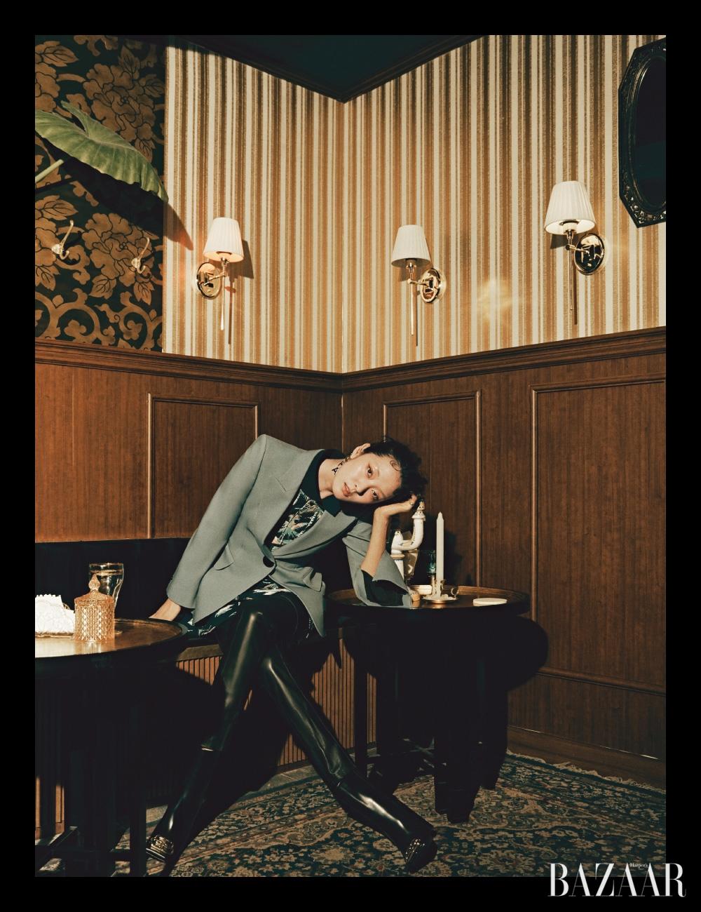 재킷은 2백20만원대 Peter Petrov by My Boon, 톱은 16만9천원 Lacoste Collection, 팬츠는 Solid Homme Wooyoungmi, 귀고리는 Chanel, 앵클부츠는 Balenciaga.
