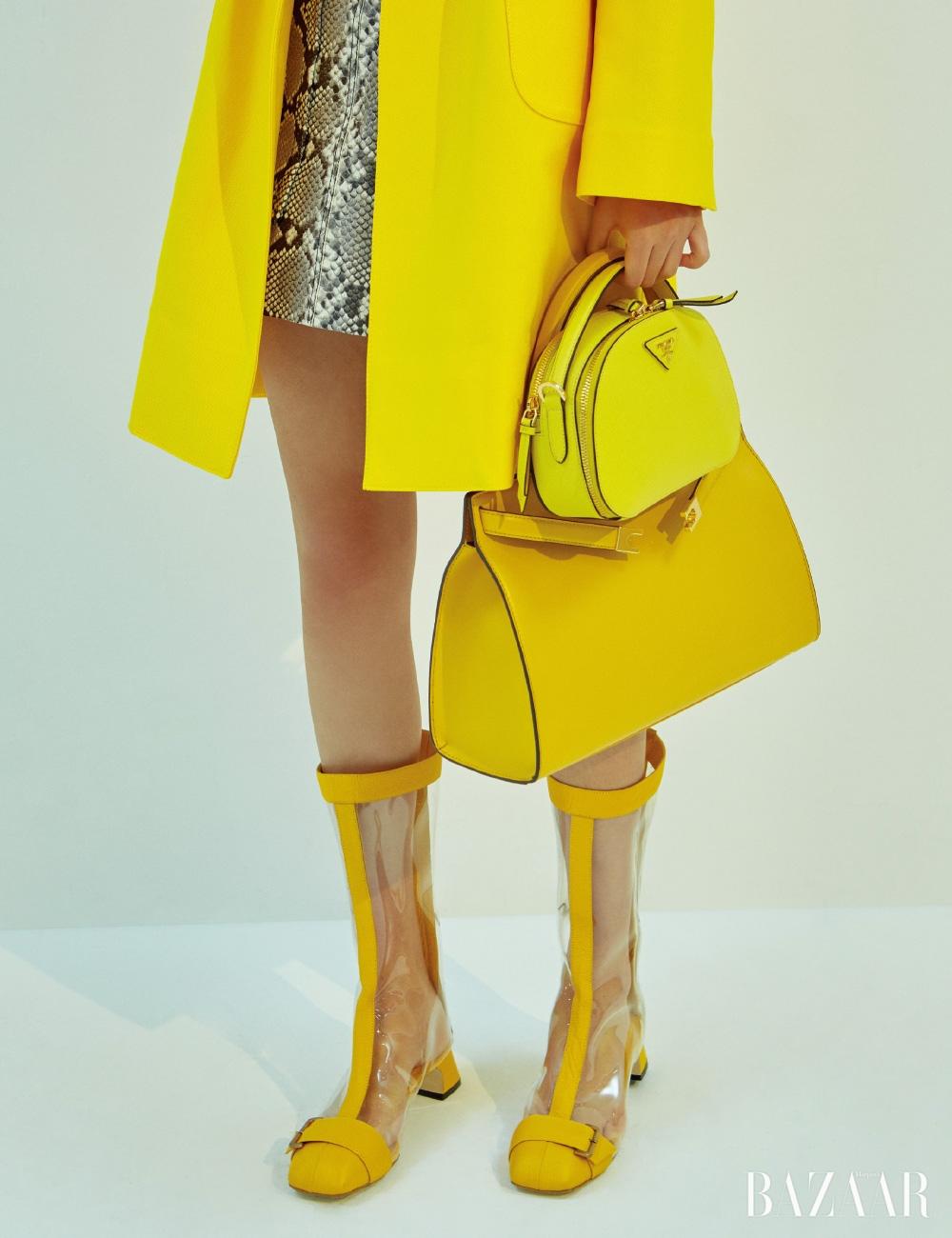 미니 백은 2백28만원 Prada, 스퀘어 백은 1백19만원 Tory Burch, 부츠, 코트는 모두 Miss Gee Collection, 파이톤 소재 스커트는 2백30만원 N°21.