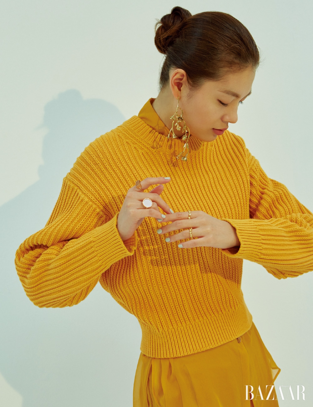 스웨터는 57만원 Acne Studios, 시어한 실크 셔츠, 팬츠는 모두 Salvatore Ferragamo, 귀고리는 16만2천원 Vive, 오른손의 볼드한 원석 반지는 각각 1백30만원 Ginette NY, 왼손 검지의 반지는 15만8천원 Pandora, 약지의 반지는 19만8천원 Jem & Pebbles.