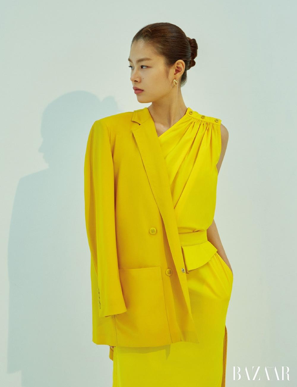 재킷, 드레스, 러플 벨트는 모두 MaxMara, 귀고리는 7만8천원 S by S.il.