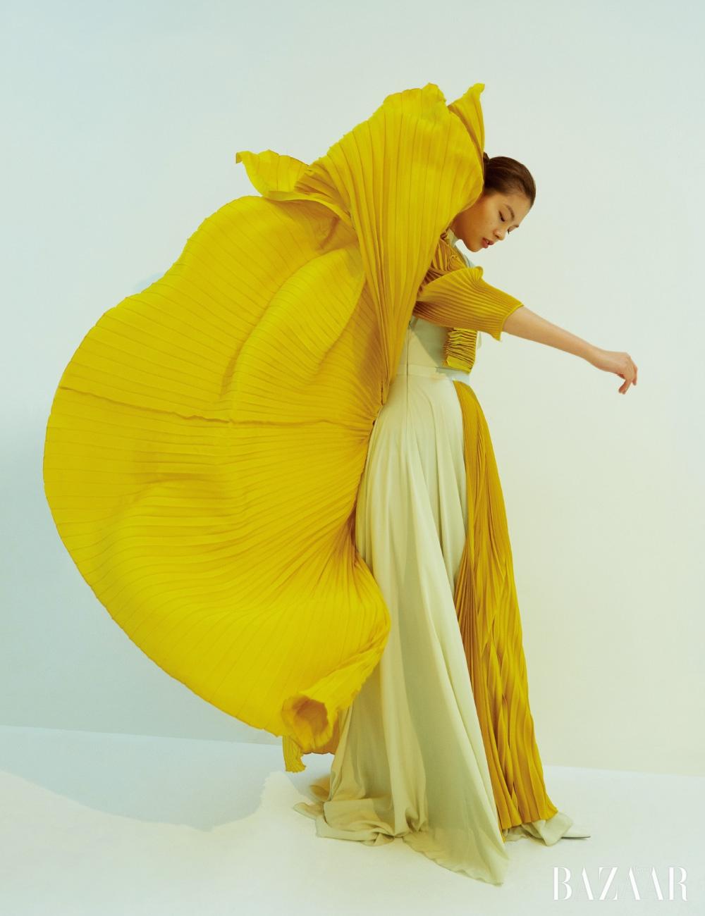 드레스와 펌프스는 모두 Givenchy.