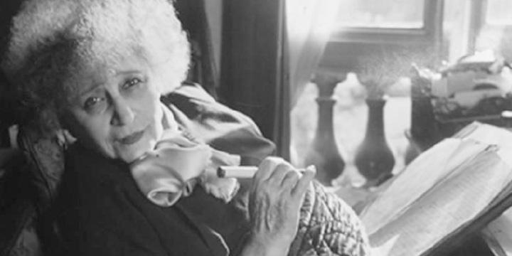 영화 <콜레트>로 재조명된 소설가 시도니 가브리엘 콜레트는 여성들에 관한 명작을 수없이 남겼다. <하퍼스 바자>와도 인연이 깊다.