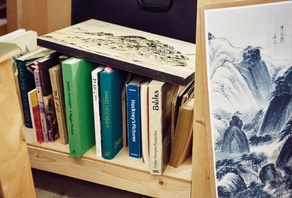 늘 가까이 두는 데이비드 호크니와 발튀스의 책, 서울의 옛 모습이 담긴 사진집, 겸재 정선에 대한 책 등은 작가의 오랜 영감의 대상들이다.