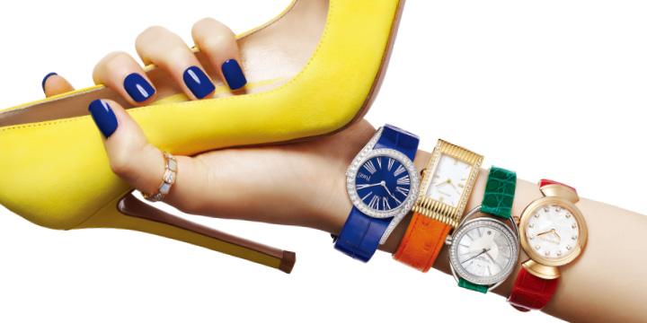 비비드한 컬러의 시계와 펌프스로 생동감 넘치는 봄을 맞이하라.