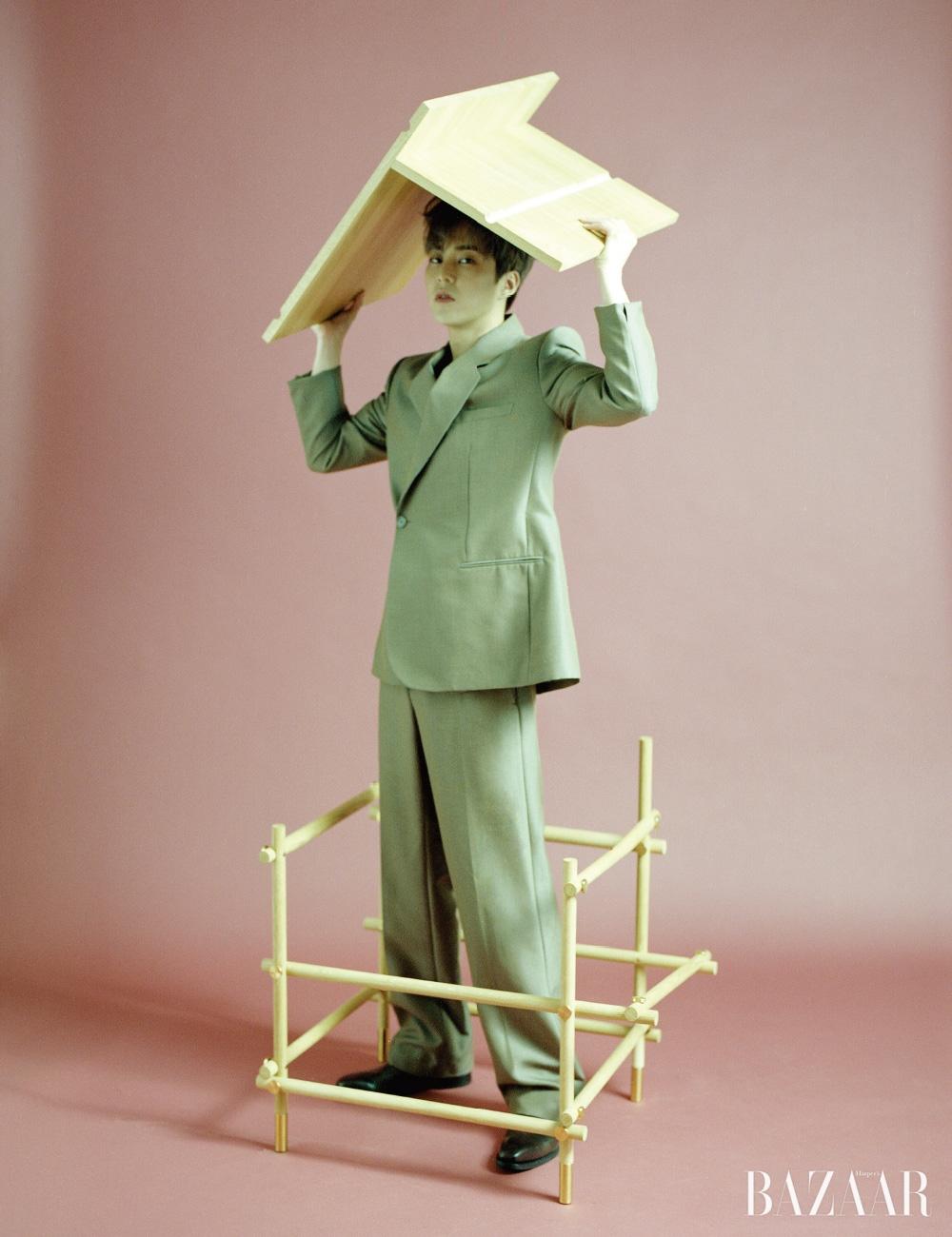 재킷과 팬츠는 모두 Dior Men, 슈즈는 Unipair. 건축비계를 재해석한 '유스풀 체어' 라운지 의자는 Sanghyeok Lee by CAVA.