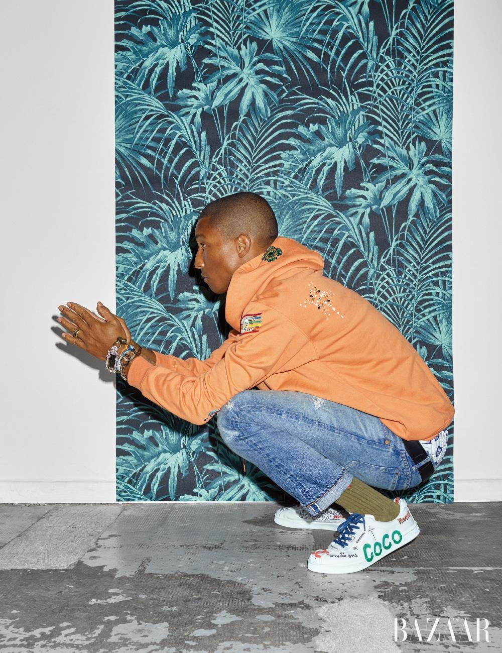 후디, 스니커즈, 벨트, 레이어드한 팔찌는 모두 CHANEL-Pharrell Capsule Collection, 데님 팬츠와 반지는 개인 소장품.