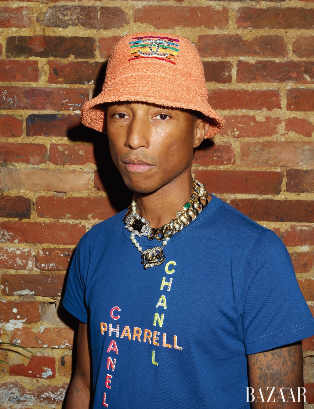 티셔츠, 버킷 햇, 레이어드한 목걸이는 모두 CHANEL-Pharrell Capsule Collection.