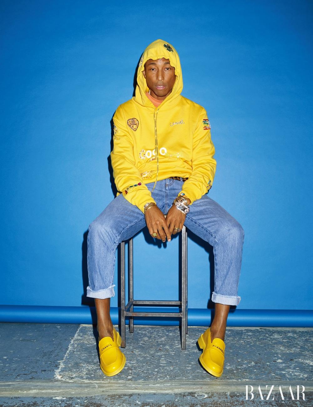 후디, 이너로 입은 티셔츠, 데님 팬츠, 벨트, 레이어드한 팔찌, 로퍼는 모두 <strong>CHANEL-Pharrell Capsule Collection</strong>, 오른손에 착용한 팔찌와 반지는 개인 소장품.