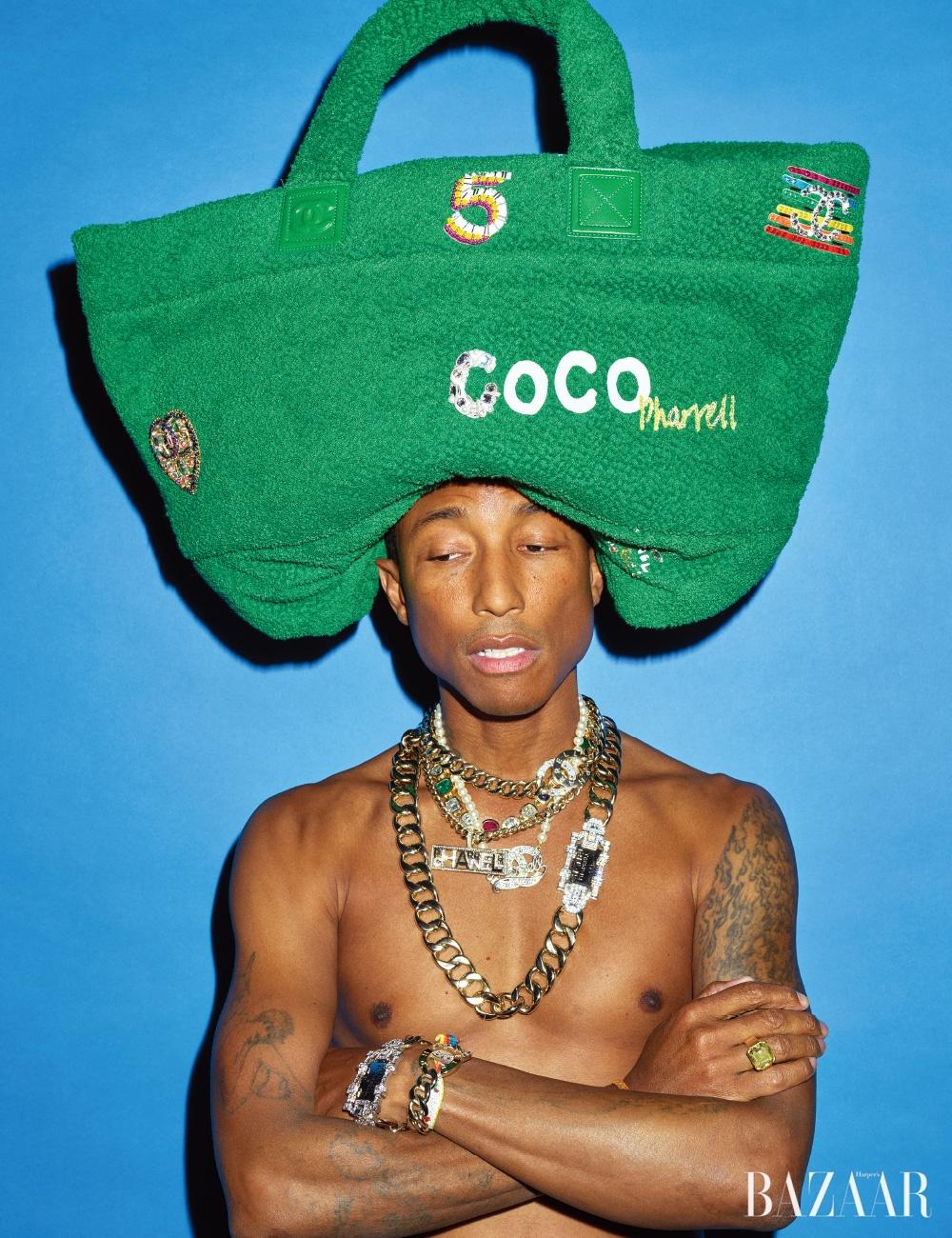 오버사이즈 쇼퍼 백, 레이어드한 4개의 목걸이, 팔찌는 모두 CHANEL-Pharrell Capsule Collection, 컬러 스톤 장식 목걸이와 반지는 개인 소장품.
